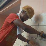 Anel'K exécutant l'un des gestes barrières dans sa vidéo. © Capture d'écran/Gabonreview