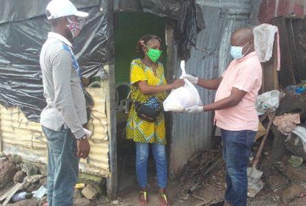 Léandre Zué a poursuivi, le 29 mai 2020, sa distribution de kits alimentaires dans le 2e arrondissement de Libreville. © Gabonreview