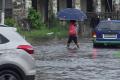 Les pieds dans l'eau, certains petits opérateurs économiques ont exposé leurs marchandises pour récolter quelques CFA. © Gabonreview