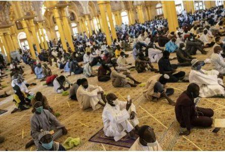 En plus du respect de la distanciation physique dans les lieux de culte, musulmans (photo) et chrétiens sont invités au dépistage volontaire. © AP