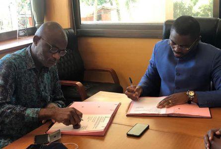 Signature de partenaire de tournage de la série « Rouge à Lèvre » à Edock city, entre le manager de Martika Production Jean Hubert Nankam et le président d'honneur de l'association Gabon2025, Andrew Crépin Gwodock. © G2025