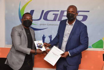 Échange de documents entre Willy Conrad Asseko et Rodrigue Bekale, scellant le partenariat entre la Fegabab et l'UGPS, le 19 janvier 2021 à Libreville.© Gabonreview