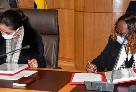 Signature de la convention entre Loubna Tricha et Nina-Natacha Makandja, en présence de l'ambassadeur du Gabon au Maroc, Sylver Aboubakar Minko Mi-Nseme. © OFPPT
