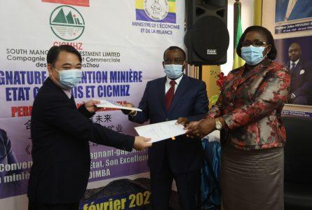 Echange symbolique de parafeurs entre les deux membres du gouvernement et le DG de la CICMHZ, le 26 février 2021, à Libreville. © Com. ministère/Gabonreview