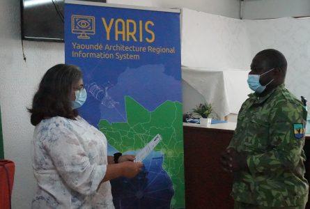 L'un des 13 participants, recevant son attestation de formation sur la plateforme Yaris. © D.R.