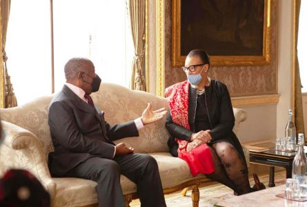 Ali Bongo et Patricia Scotland, le 11 mai 2021 à Libreville, discutant de l'adhésion du Gabon au Commonwealth. © D.R.