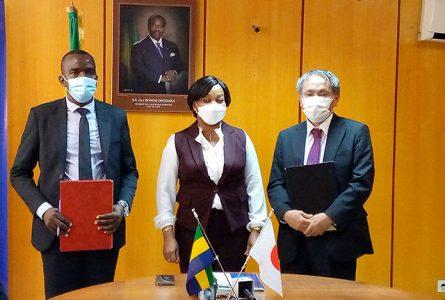 Prisca Koho Nlend entourée des deux signataires. © Gabonreview