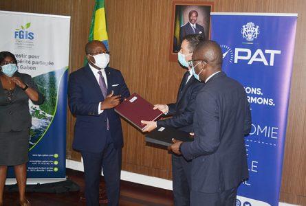 Le ministre en charge de l'Énergie, Alain-Claude Bilie-By-Nze, et les responsables du Consortium Gabon Power Compagny / Wärtsilä, le 22 septembre 2021, à Libreville. © Gabonreview