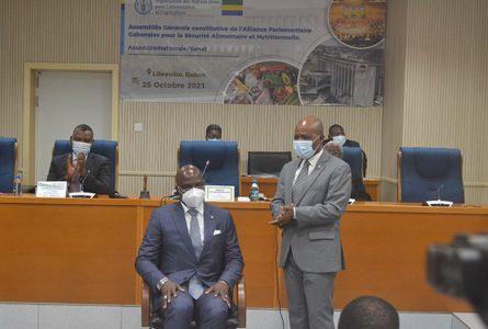 Le président actif de l'APGSAN, Faustin Boukoubi, installant le Secrétaire général, Yves Fernand Manfoumbi, dans ses fonctions, le 25 octobre 2021. © Gabonreview