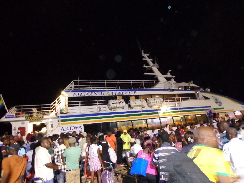 Le catamaran a fait demi-tour sur Port-Gentil après une panne de moteur. © Gabonreview/Louis Mbourou