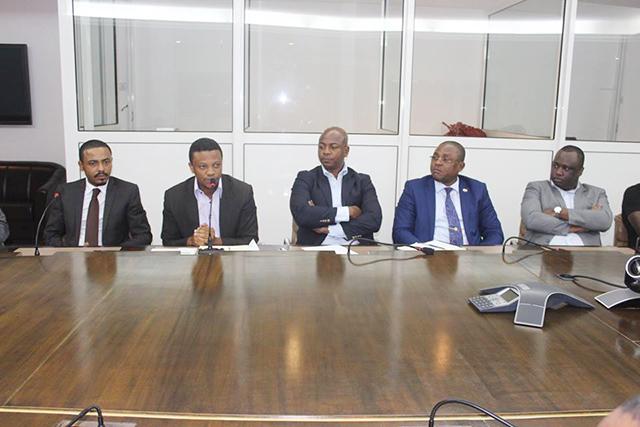 Des membres du CENG, dont le président Hans Founguès (2e en partant de la gauche), au cabinet de Nicole Assélé. © Facebook/CNSS