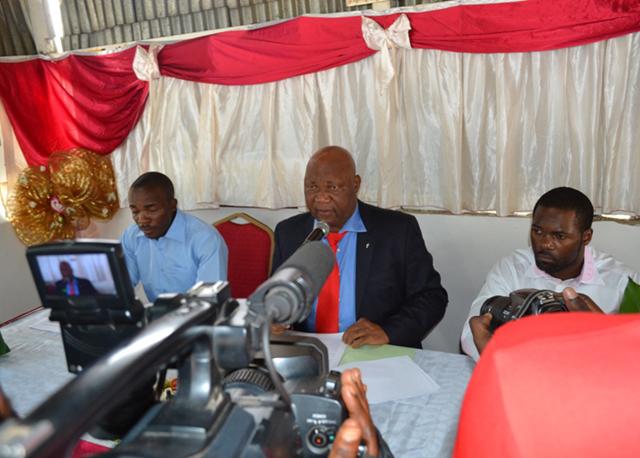 Ernest Tomo, alias Dr Zorobabel, le 21 août 2014 lors de sa conférence de presse. © Gabonreview