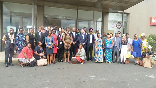 Photo de famille de fin de séminaire de formation des organisations de la société civile (OSC) membres des comités ITIE de l'Afrique centrale (Gabon-Guinée Equatoriale). © Gabonreview