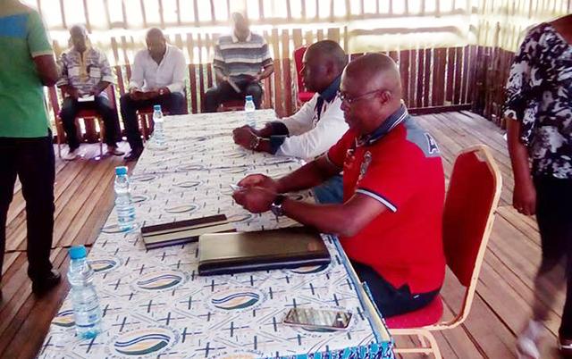 Jean Christophe Owono Nguema et Jean de Dieu Moukagni-Iwangou en campagne de sensibilisation à Mitzic. © D.R.