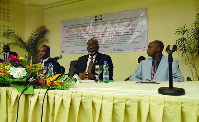 Le secrétaire général du ministère en charge des Eaux et Forêts, Athanase Thanga Oyoungou entouré de ses collaborateurs, lors du lancement de la semaine nationale de l'environnement à Libreville, le 6 juin 2017.© Gabonreview
