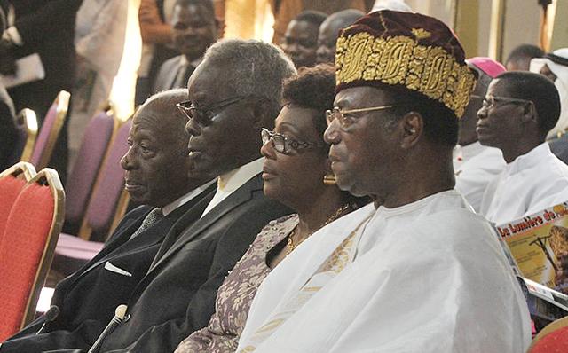 Émile Derlin Zinsou (à g.) avec les présidents Mathieu Kérékou (et son épouse) et Nicéphore Soglo, en novembre 2011 à Cotonou. © gettyimages.com