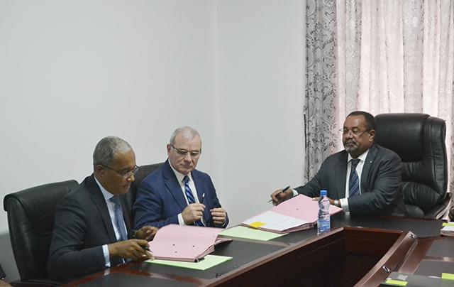 Scène de la signature des deux conventions de concession. © Gabonreview