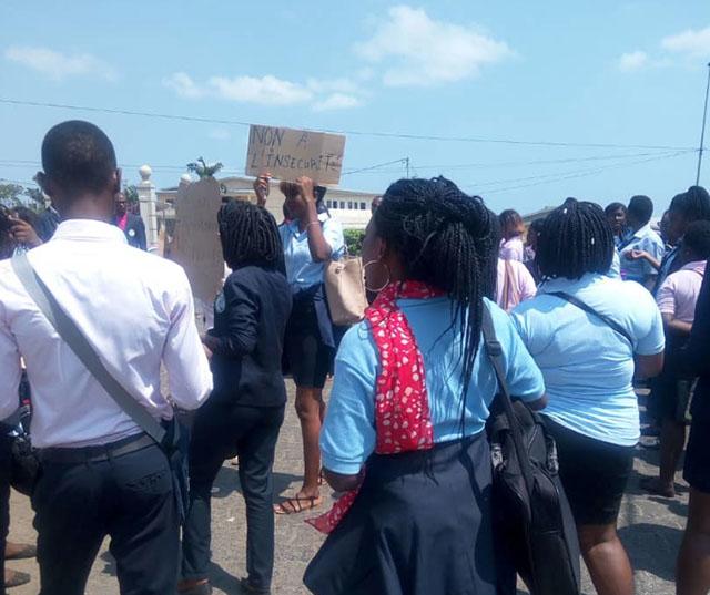 Des étudiants manifestant ce 20 juin 2018 pour réclamer la vérité et inviter l'Etat à mieux sécuriser leur établissement. © D.R.