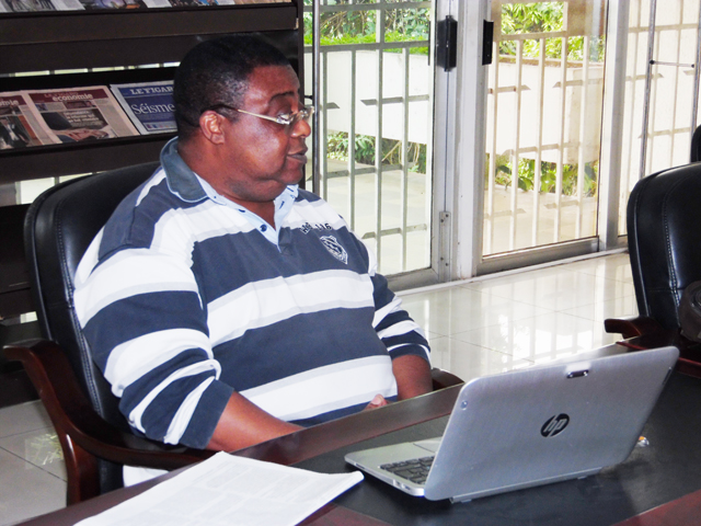 Petit-Lambert Ovono durant sa communication. © Gabonreview
