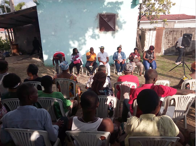 Franck Nguéma échangeant avec la population d'Akanda en vue du second tour des législatives du 27 octobre 2018. © Gabonreview