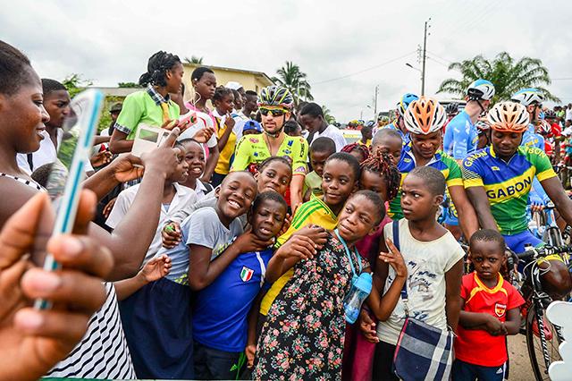 Des enfants et des cyclistes, au départ de Ndjolé, le 18 janvier 2018. © D.R.
