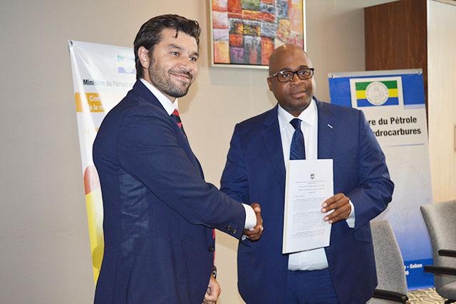 Le ministre du Pétrole recevant la contribution du FMI des mains de Marcos Poplawski-Ribeiro (Représentant résident du département Afrique du FMI), le 24 septembre 2018 à Libreville. © Gabonreview