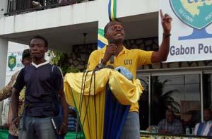 Les plus jeunes militants se sont montrés excédés contre ce qu'ils considèrent comme de l'immobilisme de la part de leurs dirigeants - David Dissumba/gabonreview.com