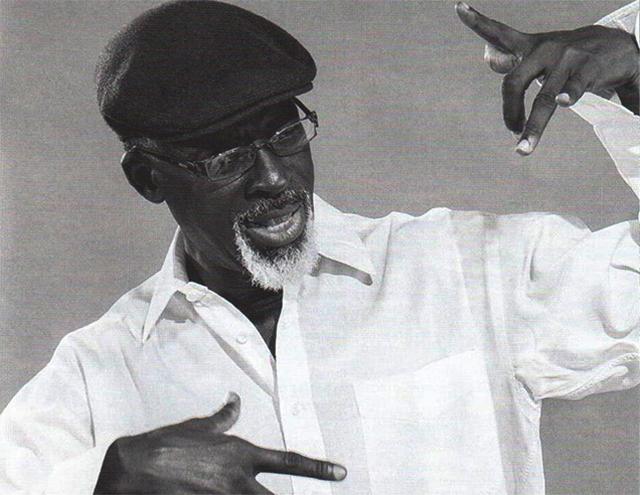 Barbichette du défi, lunettes d'intellectuel conservateur, le guitariste et chanteur gabonais LÉ est résolument éclectique. Il vient de commettre un album sublissime. © D.R.