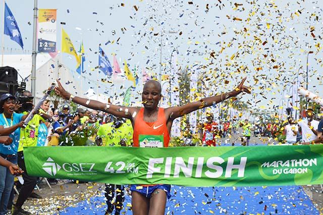 Shedrack Kimayo franchissant la ligne d'arrivée au Marathon du Gabon, le 2 décembre 2018 à Libreville. © Gabonreview