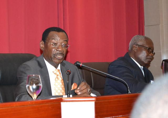 Séraphin Ndaot Rembogo, le 30 octobre 2014 devant la presse. © Gabonreview