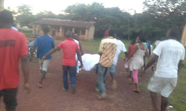 La dépouille du jeune motard tué dans l'accident de la circulation, ramenée au camp de gendarmerie par les populations énervées. © D.R.