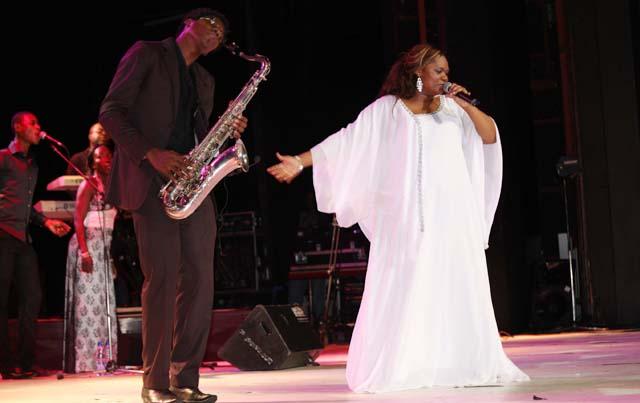 Aussi généreuse que ses formes, la chanteuse Nadège Mbadou s'est donnée entièrement à son public Librevillois, le samedi 1er décembre au Palais des spectacles de la cité de la Démocratie - © Gabonreview.com