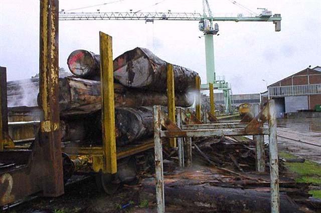 Jusqu'en 2010, date à laquelle le Gabon en a interdit l'exportation, les grumes d'okoumé arrivaient directement par bateau jusque dans les usines françaises - © D.R.