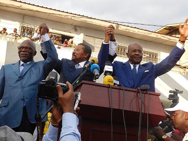 Jean Ping «a bénéficié du renoncement volontaire d'autres candidats et du soutien massif de leurs formations politiques». Ici avec Casimir Oyé Mba et Guy Nzouba Ndama, le 16 août 2016, à Libreville. © Gabonreview