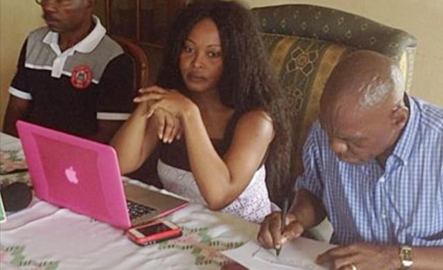 Paulette Oyane Ondo (au centre), l'avocat de la famille, avec quelques membres de celle-ci. © facebook/djabioh