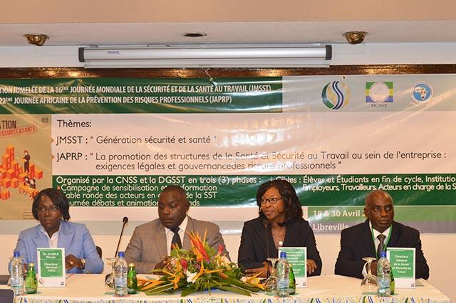 Les officiels à l'ouverture des travaux avec, notamment, Carmen Ndaot (2e en partant de la droite) et Nicole Assélé (DG CNSS, extrême gauche), le 30 avril 2018 à Libreville. © Gabonreview
