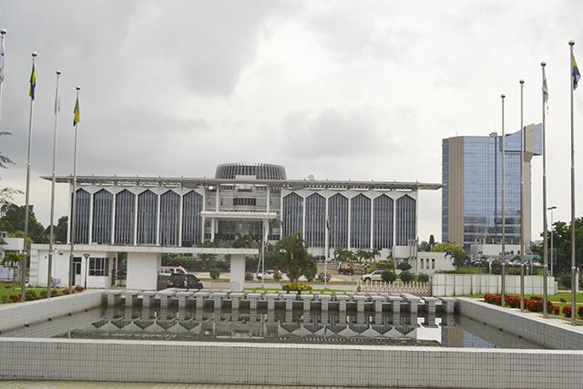 Le palais Omar Bongo Ondimba, vu de la Maison Georges Rawiri à Libreville. © Gabonreview