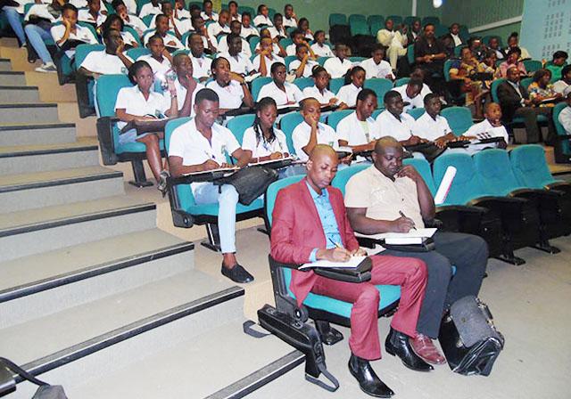Le public, essentiellement composé d'élèves. © Gabonreview
