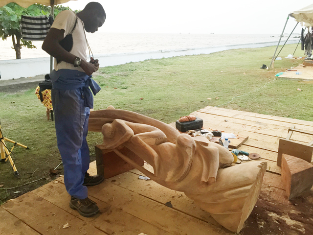 Un moment du Symposium international de sculpture sur bois à Libreville. © Gabonreview