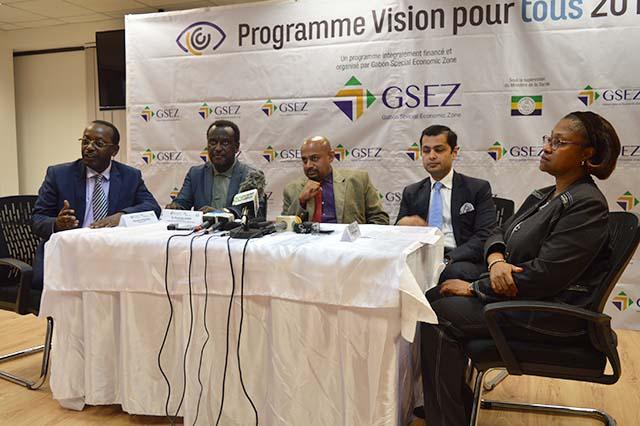 Les officiels faisant le bilan du programme «Vision pour tous», le 11 octobre 2018. © Gabonreview