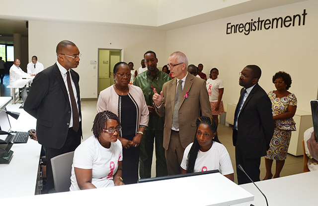 Le ministre de la Santé et de la Famille, Denise Mekam'ne, et ses collaborateurs visitant les services de la fondation Jeanne Ebori. © Gabonreview