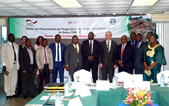 Photo de famille des délégués de la Commission Cemac et des Etats membres, réunis pour échanger sur le projet de texte d'harmonisation du code minier dans la zone Cemac. © D.R.