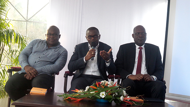 Crépin Magloire Andrew Gwodock présentant son premier ouvrage intitulé «Assurance et croissance économique en Zone CIMA-CEMAC». © Gabonreview