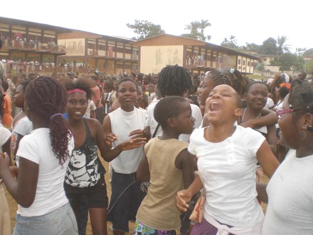 Joie d'élèves ayant décroché le CEP (2010). © ogooueinfos.com
