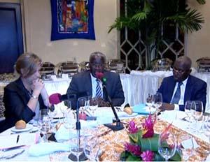 Le Premier ministre en compagnie du minitre de l'Intérieur François Ndongou et de la représentante de l'Union européenne, Cristina Martins Barreira - © gouvernement.ga
