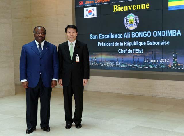 le Président Ali Bongo Ondimba en compagnie de Mr Lee Jae Hwan, premier vice-président de SK Energie