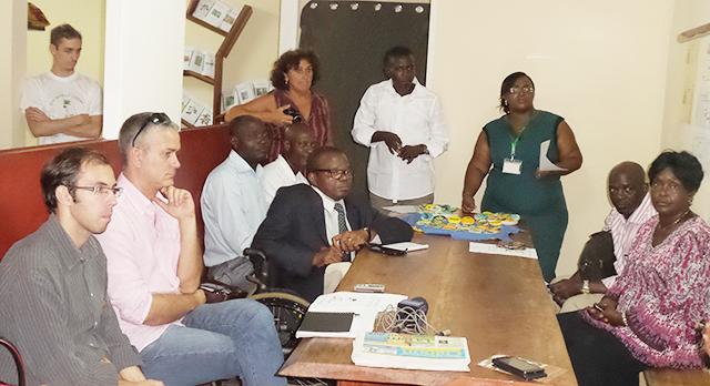 Les membres du projet «On Mange Local» et leur bailleur de fonds, lors de la présentation de leurs nouveaux moyens de communication. © Gabonreview