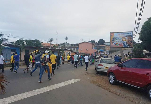 Des manifestants, le 25 août 2016, au quartier Bas de Gué-Gué à Libreville. © D.R.