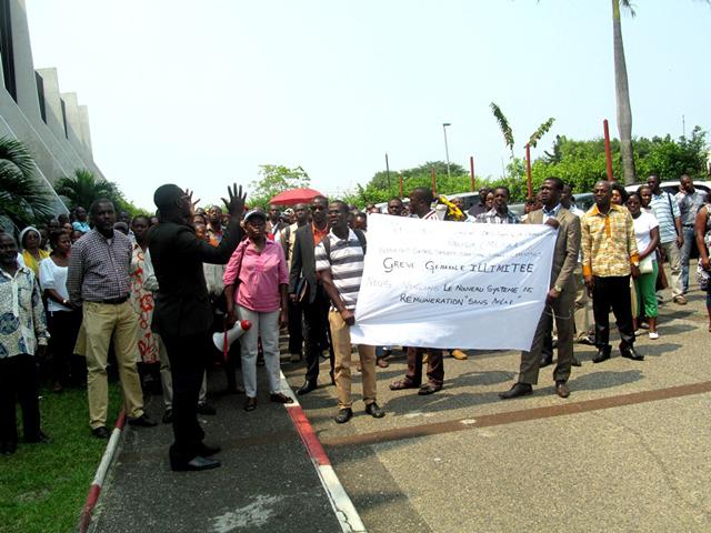Le Mosaap, lors d'un sit-in devant le siège de la Primature en juin 2014. © Presse de la Primature/Jr mboulet