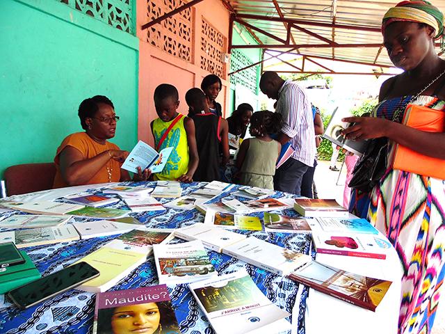 La directrice générale des Editions Ntsame Sylvie Ntsame dédicaçant un livre, le 29 mars. © Gabonreview